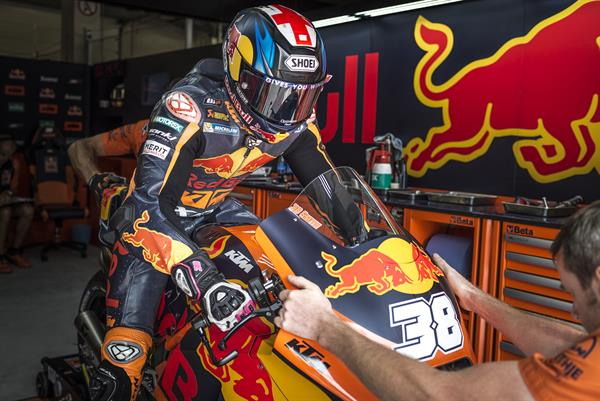 Bradley Smith & Mechanic KTM RC16 Box Red Bull Ring Spielberg 2017