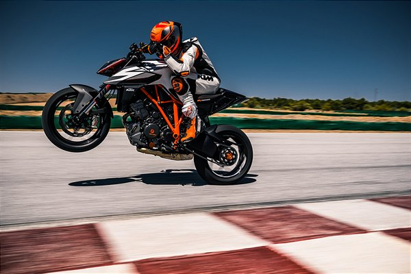 KTM 1290 Super Duke R 2019_action
